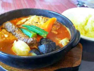 店内広々!快適な空間で食べる熱々スープカレー「南インドスープカレー 天竺 」 3